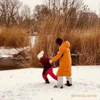 Winterse tafereeltjes in Amsterdam. Ik maak graag foto's met een verhaal. Waarom loopt dat meisje weg uit de foto, waarover hebben de hardlopende mannen het en wat zeggen die mensen in tweetallen verderop? Heb jij eigen foto's op je website? Wat zeggen die de bezoeker? Kijk er eens@met een frisse blik naar... Ben jij vandaag ook gaan wandelen? Heb je genoten? #dowhatyoulove #branding #ikigai