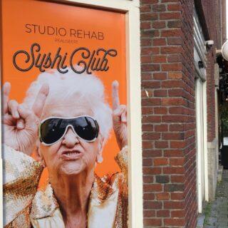 Dankbaar kijk ik naar 'branding' op mijn wandeling door oud-zuid. Fantastisch bedacht toch, van de Sushi bar? Vind jij die mooi, grappig, lelijk, schreeuwerig?